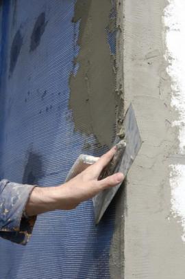 Dokončování finální vrstvy stěrkou, následuje tenkovrstvá probarvená fasáda