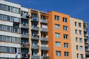 Opravená a neopravená část bytového domu