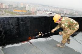 Provádění hydroizolace střechy asfaltovými pásy