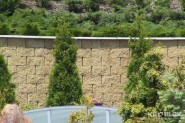 Vysoká opěrná stěna odolávající značnému tlaku zeminy