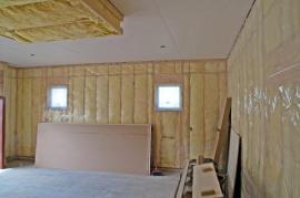 Vzduchotěsná vrstva pasivního domu (v tomto případě dřevostavby rámové konstrukce) se ukládá z interiérové strany