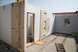 Skladba montovaných dřevostaveb sendvičového typu již vzduchotěsnou vrstvu obsahuje, ovšem je důležité vzduchotěsné spojení jednotlivých panelů