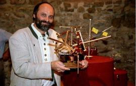 Vynálezce  ing. Wilhelm Mohorn s vnitřkem přístroje AQUAPOL