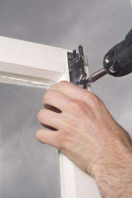 Především u starých dřevěných oken je mnohdy třeba některé části kování i vyměnit