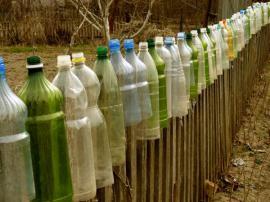PET lahve jako ochrana plotových planěk před srážkami