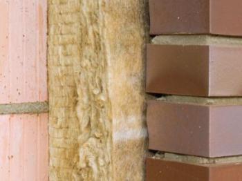 Minerální vlna mezi nosnou stěnou novostavby a lícovým zdivem