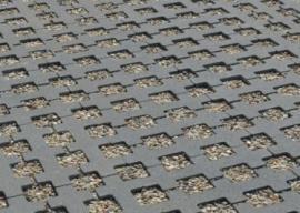 Plastová zatravňovací dlažba zasypaná kamínky
