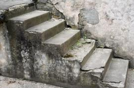 Silně poškozené betonové schodiště