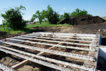 Na půdorys nadezdívky se položí izolační podložka ztvrzeného polystyrenu, která přeruší tepelný most a na ni se ukládají železobetonové nosníky