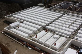 U základové desky Elegohouse je možné ovlivnit tepelně izolační vlastnosti výškou polystyrenové vložky, která při betonáži plní funkci ztraceného bednění