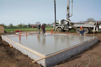 Připravená konstrukce základové desky Elegohouse se zabetonuje samozhutnitelným betonem CEMEX COMPACTON