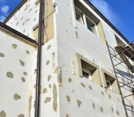 Zateplování fasády, všimněte si místy použití polyuretanu