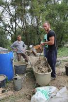 Petr Skořepa dohlíží na správnou přípravu hlíny