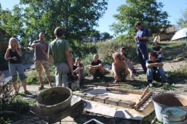 Z letního kurzu stavitelství, výroba nepálených hliněných cihel