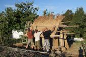 Stavba zahradního domečku s rákosovou střechou, osada B.K.