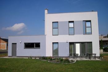Moderní dvoupatrový rodinný dům s nosnou konstrukcí Skeletsystem.