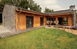 """""""Chytrý pasivní dům je postaven tak, abychom vyloučili zbytečné technologie. A to nic nestojí, tak by měl uvažovat každý architekt automaticky – chytrá orientace stavby za sluníčkem, její umístění na pozemku a kompaktní tvar,"""" říká Josef Smola."""