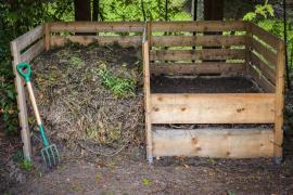 Praktické rozdělení kompostu na 2 části - tlející a hotový (prosátý)