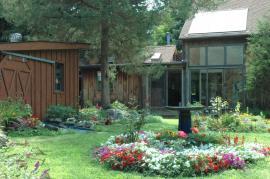 I rekonstruovaný dům lze do staré zahrady dobře včlenit