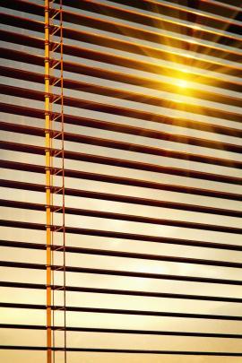 Mnohdy nepomáhá proti přehřívání interiérů ani stínění