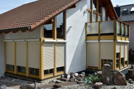 Moderní inteligentní dům s hliníkovými a screenovými roletami