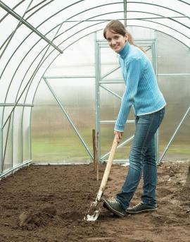 Příprava půdy ve skleníku