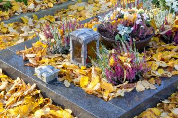 Výzdoba hrobu vřesem