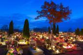 Atmosféra hřbitovů je o dušičkách výjimečná, obzvláště po setmění