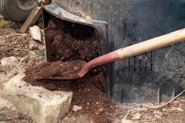 Na takto kvalitní kompost se listí spolu s dalším organickým materiálem přemění