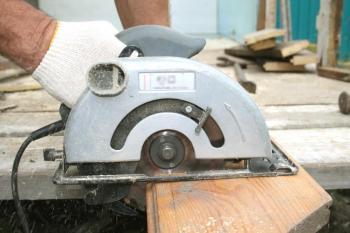 Ruční kotoučová pila s kotoučem pro řez dřeva