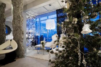 Bílá a stříbrná - z okna je nádherně vidět, jak skvěle se doplňují s modrou