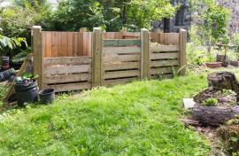 Objemný kompostér, lze v něm selektovat druhy kompostu podle potřebné půdní reakce