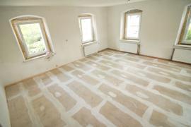 Hotová suchá podlaha s vytmelenými spárami čeká na finální nášlapnou vrstvu