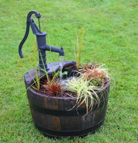 Atypická mobilní nádoba kombinovaná s pumpou studny a nádobou na vodu