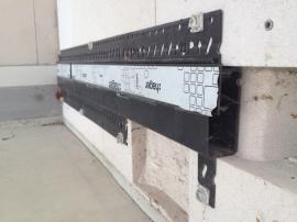 Poté se osadí instalační lišta pod omítku a podlahovou lištu, a můžeme tahat dráty…