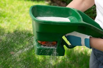 Ruční rozmetadlo hnojiva