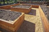 Vyvýšené záhony jsou stavěné na podobném principu, jen je nahoře kvalitní zemina a pod ní obsah tleje
