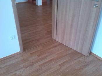 Vkusně sladěná podlaha s dveřmi