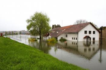 Ničivá povodeň = zcela zatopená zahrada
