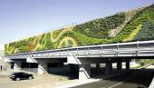 Jedna z největších zelených exteriérových stěn se nachází nad silnicí v Kanadě, zdroj: www.contemporist.com