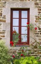 Štíhlé okno mezi květinami