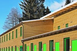 Modulární stavby provází snaha nijak nenarušit kontext místa, a tak si rozumí nejen směstem. Tenhle modulární obr zdobí areál klasického lyžování.