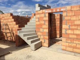 Jednovrstvá konstrukce snižuje počet technologických kroků ve výstavbě, čímž snižuje riziko konstrukčních závad. Navíc výrazně zrychluje stavbu.