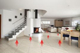 Teplo je podlahou do místnosti přenášeno rovnoměrně