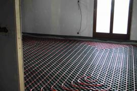 Připravené místo pokládky betonové podlahy se zapuštěným podlahovým topením.