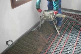 Na připravený základ sypeme právě vytvořený beton.