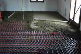 Ve větších místnostech rozdělíme betonovou podlahu na menší části.