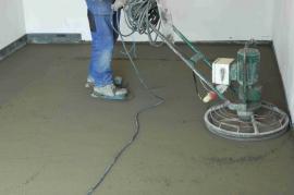 Dokonalou rovinu betonové podlahy vytvoříme strojním hlazením.