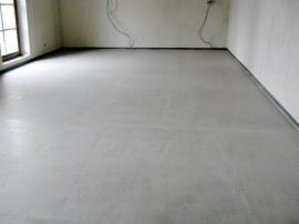 Po 48 hodinách je možné po nové betonové podlaze již chodit a začít s pokládáním dlažby.