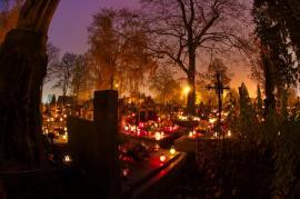Za tmy je na hřbitovech v tuto dobu atmosféra neuvěřitelná, kýč přehršle barev a tvarů mizí a dominuje světelná atmosféra